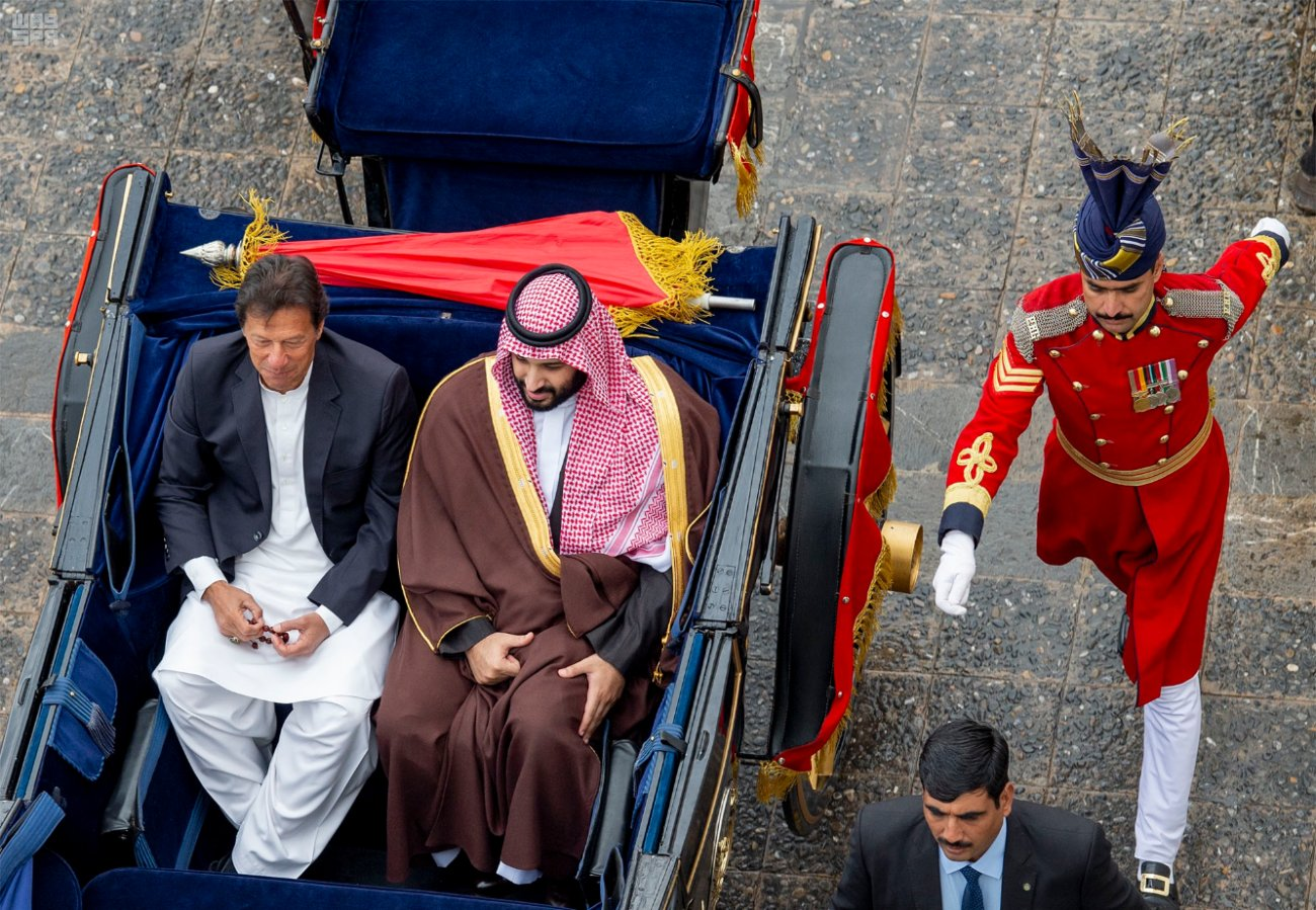 Saudi Crown Prince Mohammed bin Salman and Pakistani PM Imran Khan are driven in a horse-drawn carriage to the presidential palace in Islamabad. (SPA)