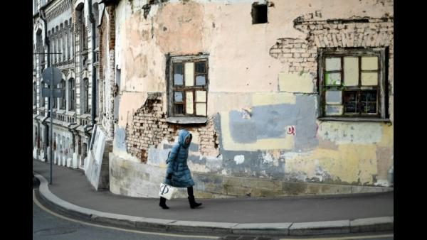 A woman walks along a street in the old neighborhood east of the Kremlin known as Kitai-Gorod, which dates from the 1500s, in Moscow  AFP / Kirill KUDRYAVTSEV