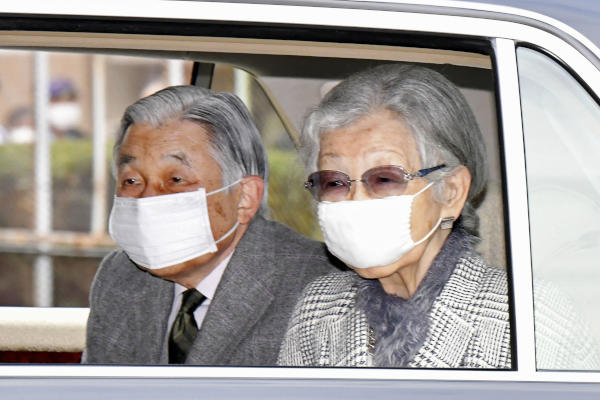 Japan's Emperor Emeritus Akihito and Empress Emerita Michiko wearing face masks arrive at their temporary Takanawa Imperial Residence by car, in Tokyo Saturday, April 4, 2020. (Kyodo News via AP)