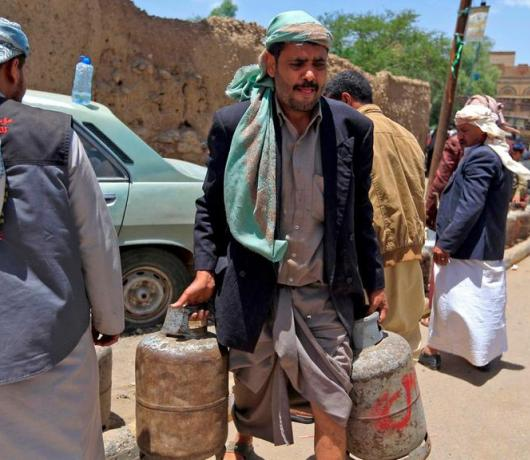 Exclusive - Houthis Resort to Yemeni 'Neighborhood Elders' to Recruit New Members