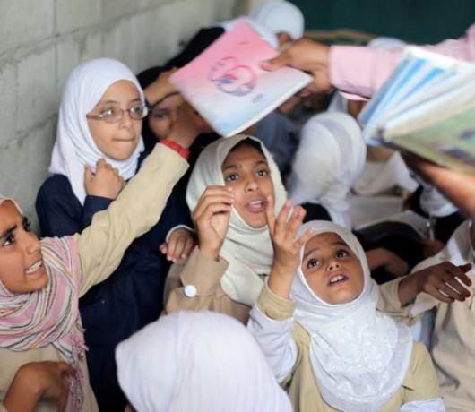 Exclusive – Houthis Set up Black Market to Sell School Textbooks