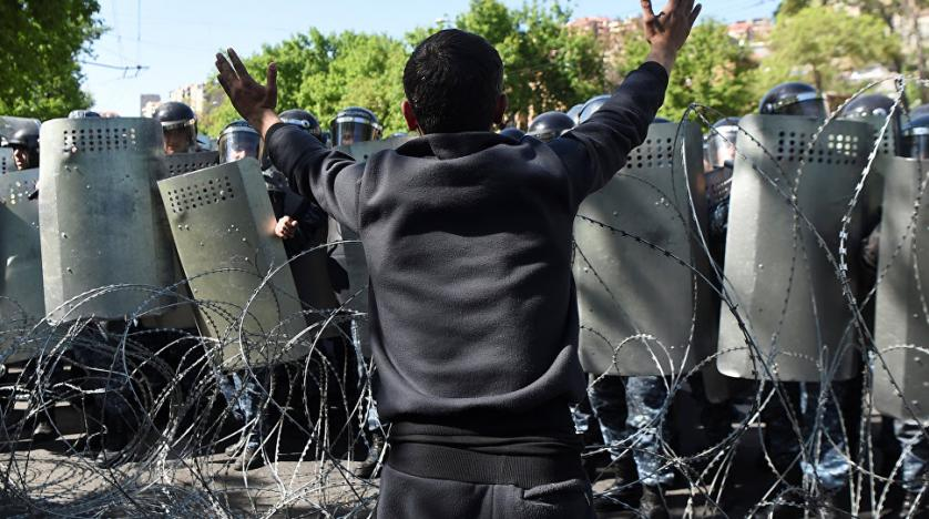Police haul off at least 80 protestors in Yerevan