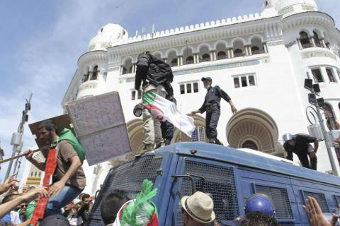 Algeria: Anti-Government Protesters Flood Streets, Jump on Police Vans