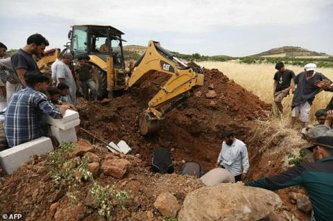 Hounded by War Planes, Syrians Dig Idlib Graves in Advance